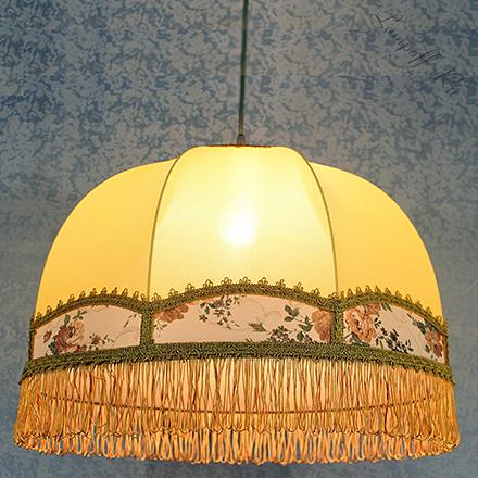 Подвесной абажур в форме купола желтого цвета и бахромой
