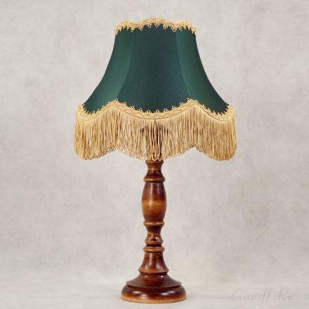 Лампа из дерева с зеленым абажуром и бахромой