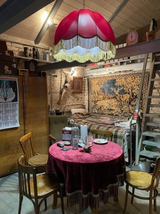 Бордовый ретро-абажур над столом в тематической комнате 50-60-х годов