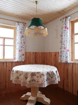 Зеленый ретро-абажур над столом