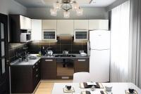 Невысокая яркая люстра для кухни или комнаты