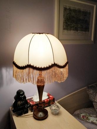 Ретро-лампа с бахромой на прикроватной тумбочке