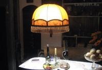 Оранжевый ретро-абажур над столом (включен)