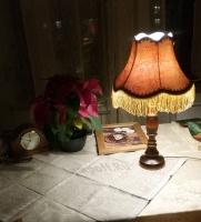 Ретро-лампа из дерева с абажуром и бахромой